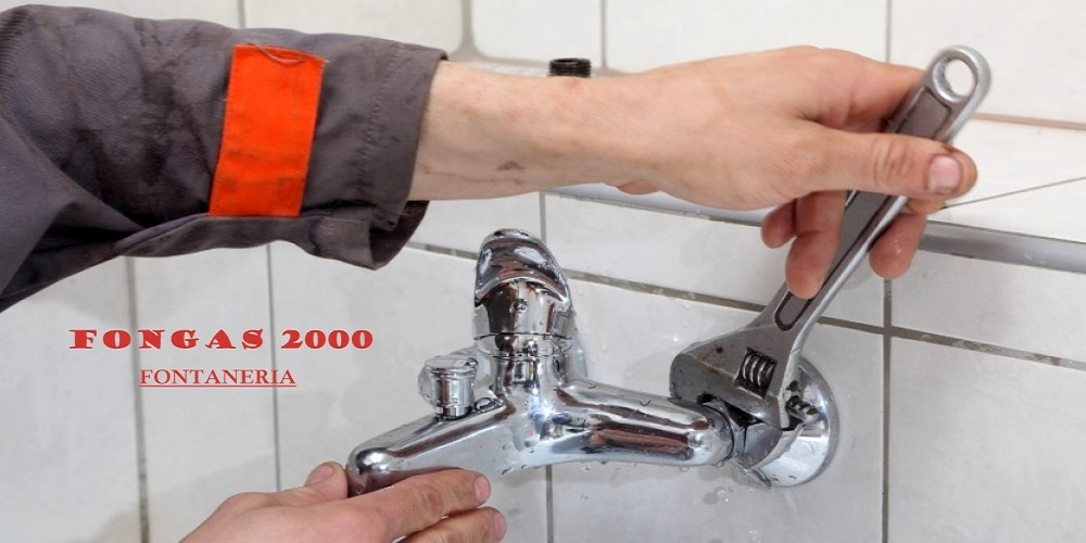 tecnico de fongas apretando grifo en bañera